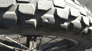 タイヤに釘が刺さってた