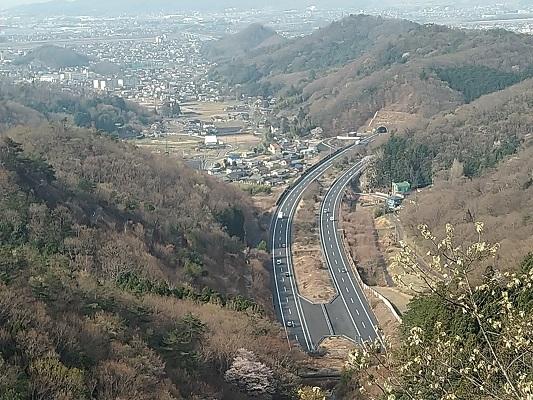 北関東自動車道を眼下に